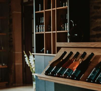 Moderne Vinothek im traditionellen Raum